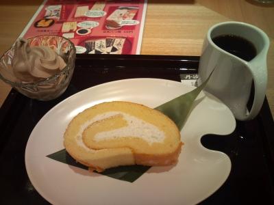 お豆腐ロールケーキと黒豆コーヒーと豆乳アイスクリーム