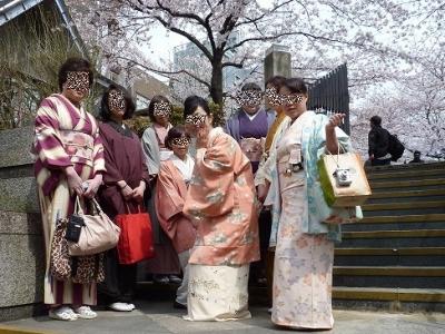 桜の木の下で記念撮影