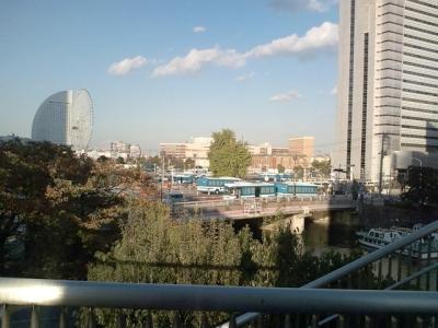 大岡川の橋の上からワールドポーターズ方向を見る