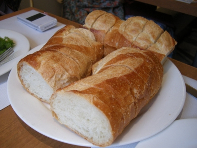 山盛りのフランスパン